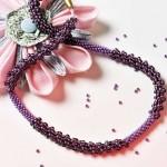 Kumihimo mit Perlen in Aubergine und Lilametallic