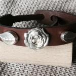 Sportliche Lederarmbänder mit Silberblüten aus Artclay