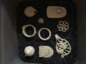 Bronzeteile in Kohle gelegt