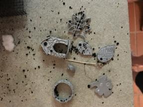 Bronzeteile nach dem Brand